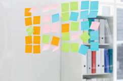 Крупный план красочных липких примечаний на офисе Стоковая Фотография