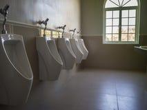 Крупный план кроет стену черепицей в туалете человека Стоковое Изображение