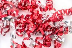 Крупный план курчавых лент подарка в красном цвете, белизне и серебре Стоковое Изображение RF