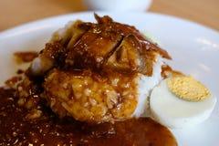Крупный план кудрявого риса свинины с вареным яйцом Стоковые Изображения