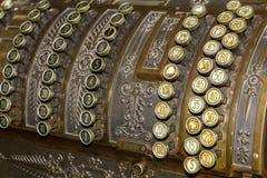 Крупный план клавиатуры античного кассового аппарата Стоковое Изображение RF