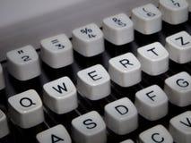 Крупный план клавиатуры машинки, выделенного QWERTZ Стоковые Изображения