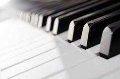Крупный план клавиатуры рояля - взгляд низкого угла Стоковая Фотография