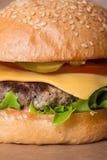 Крупный план классического бургера Стоковые Фотографии RF