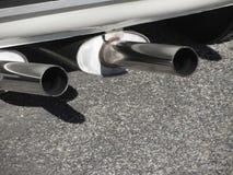 Крупный план классической выхлопной трубы автомобиля Двойная труба Принципиальная схема загрязнения Стоковые Фото