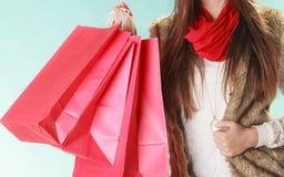 Крупный план клиента кладет покупки в мешки зима способа предпосылки красивейшей изолированная девушкой белая Стоковые Фото