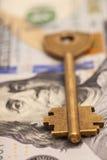 Крупный план ключа на 100 долларовых банкнотах Стоковое Изображение