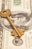 Крупный план ключа на 100 долларовых банкнотах Стоковое Фото