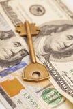 Крупный план ключа на 100 долларовых банкнотах Стоковое фото RF