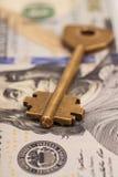 Крупный план ключа на 100 долларовых банкнотах Стоковые Изображения