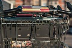 Крупный план магазинных тележкеа штабелированного столбца снял на задней части Стоковые Изображения