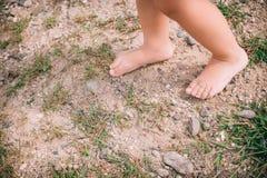 Крупный план маленькой девочки босоногий ноги на естественной предпосылке Стоковая Фотография