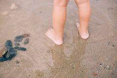 Крупный план маленькой девочки босоногий ноги на естественной предпосылке Стоковые Изображения