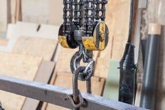 Крупный план металлического промышленного крюка для поднимать тяжелую вещь в фабрике стоковая фотография