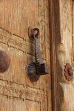 Крупный план металлического knocker двери на деревянной двери Стоковая Фотография