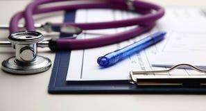 Крупный план медицинского стетоскопа с папкой Стоковое Изображение
