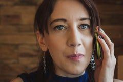 Крупный план милой девушки говоря на телефоне Стоковое Изображение RF
