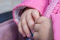 Крупный план милых рук младенца, влюбленность концепции Стоковые Изображения