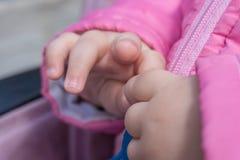 Крупный план милых рук младенца, влюбленность концепции Стоковые Фото
