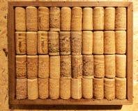 Крупный план много различных пробочек вина в деревянном собрании рамки на co стоковое изображение