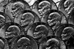 Крупный план монетки с в богом мы доверяем Стоковое фото RF