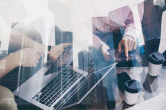 Крупный план молодого бизнесмена работая совместно на новом startup проекте в современном офисе Двойная экспозиция, бизнесмены Стоковая Фотография