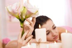 Крупный план молодой женщины ослабляя после заднего массажа восхищая атмосферу Стоковые Фото