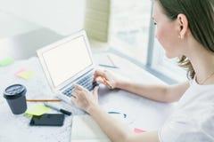 Крупный план молодой женщины работая на компьтер-книжке на офисе Стоковые Фотографии RF