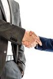 Крупный план мужских и женских деловых партнеров тряся руки стоковые фото