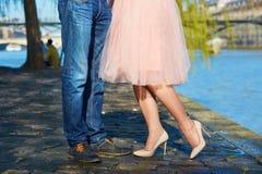 Крупный план мужских и женских ног во время даты Стоковые Фото