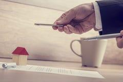 Крупный план мужских рук держа ключ дома и ручку над contr Стоковая Фотография