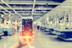 Крупный план мужской руки используя smartphone с творческим cha дела Стоковая Фотография