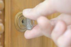 Крупный план мужской руки открывая шкаф Стоковые Изображения RF