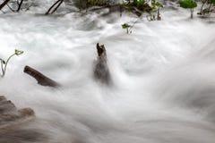 Крупный план мягкой воды каскадируя над горой трясет Стоковая Фотография