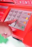 Крупный план нажима руки женщин s кнопка входа стоковая фотография rf