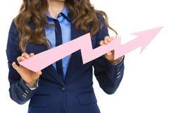 Крупный план на бизнес-леди показывая стрелку диаграммы идя вверх стоковая фотография rf