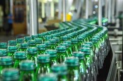 Крупный план на бутылках минеральной воды в сырцовом и линиях Стоковая Фотография