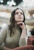 Крупный план на внимательном беспечальном женском расслабленном театре стоковое фото