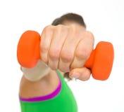 Крупный план на гантели в руке женщины пригодности Стоковые Фотографии RF
