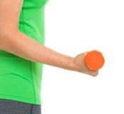 Крупный план на гантели в руке женщины пригодности Стоковое Изображение