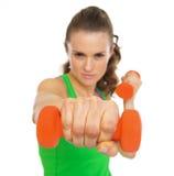Крупный план на гантели в руке молодой женщины фитнеса Стоковые Изображения RF