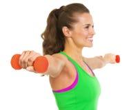 Крупный план на гантели в руке молодой женщины фитнеса Стоковые Фото