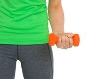Крупный план на гантели в руке спортсменки Стоковая Фотография RF