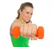 Крупный план на гантелях в руке молодой женщины пригодности Стоковое фото RF