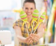 Крупный план на декоративных яичках в руке женщины Стоковое Изображение