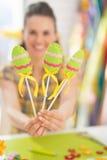 Крупный план на декоративных яичках в руке женщины Стоковые Фотографии RF