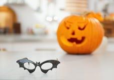 Крупный план на летучей мыши хеллоуина сформировал стекла на таблице Стоковые Изображения RF