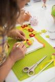 Крупный план на женщине делая пасхой декоративное яичко Стоковое Фото