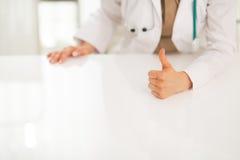 Крупный план на женщине медицинского доктора показывая большие пальцы руки вверх Стоковое Фото