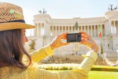 Крупный план на женщине принимая фото на venezia аркады Стоковая Фотография